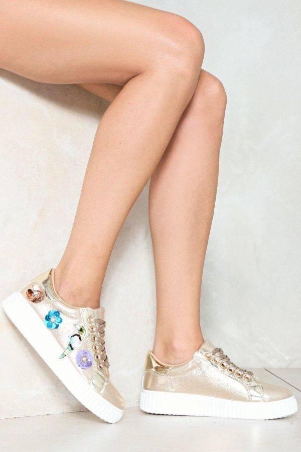 حذاء رياضي بيج