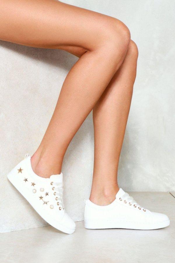 حذاء رياضي ابيض بطباعة نجوم