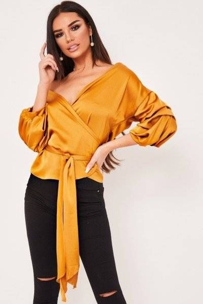 Blouse is a bold guide wrapped in a ruffle sleeve