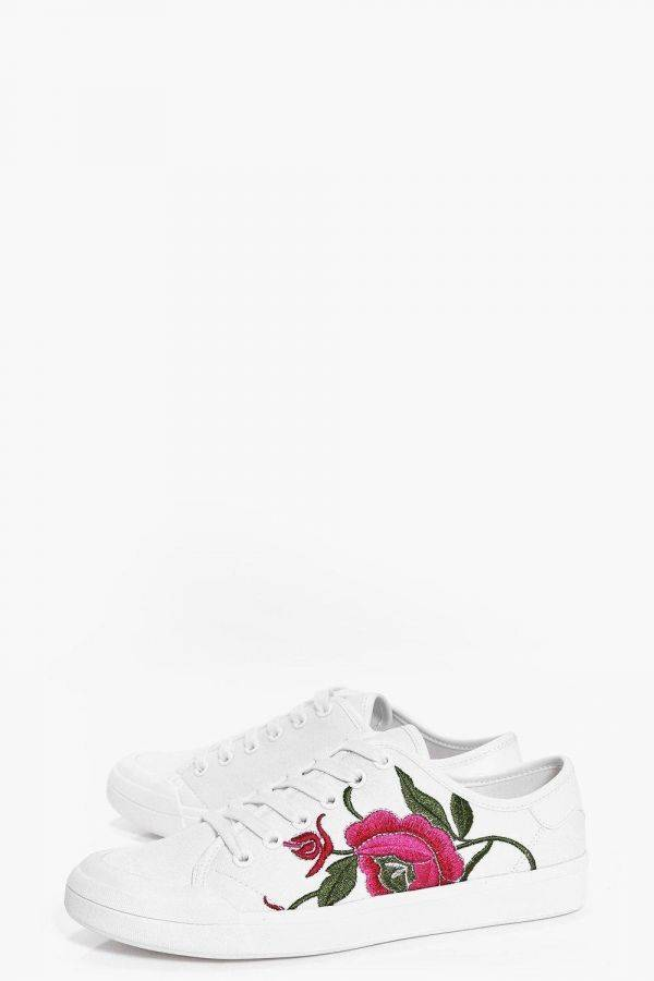 Embroidered sport shoes