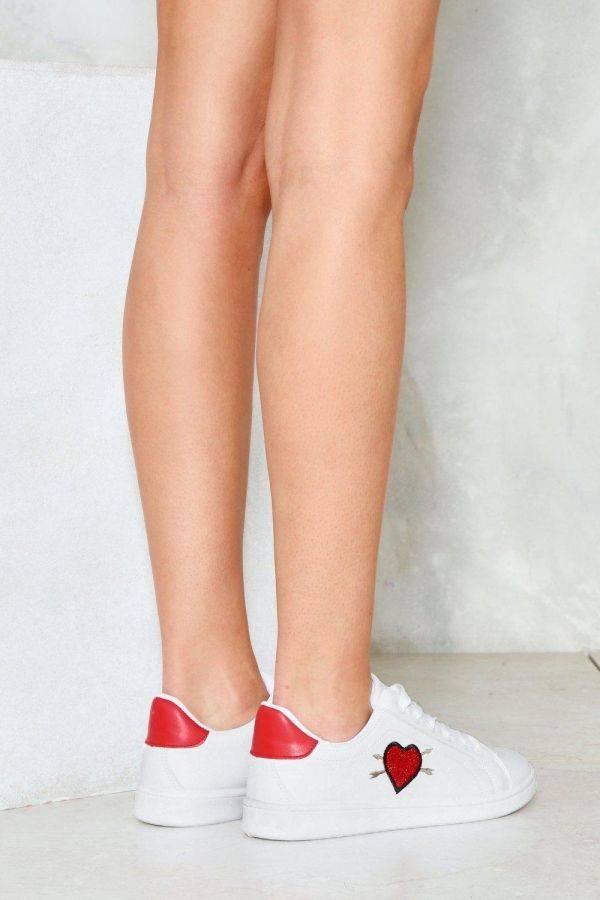 حذاء رياضي ابيض بطباعة قلب