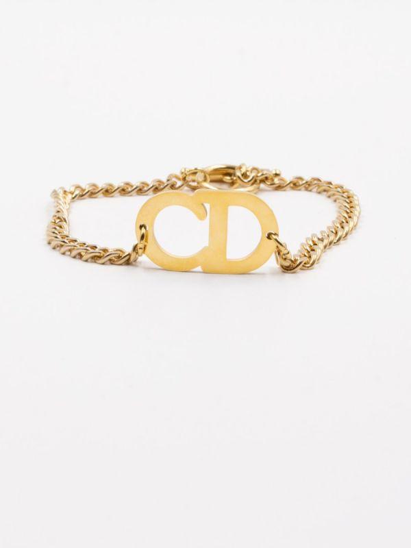 Its walls are dior chain chain