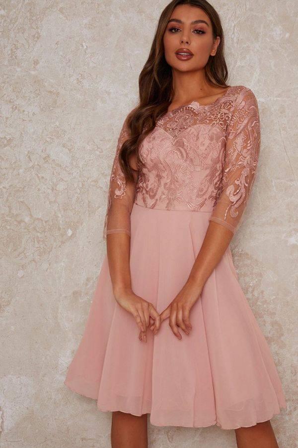 فستان وصيفة العروس من الدانتيل باللون الوردي-3