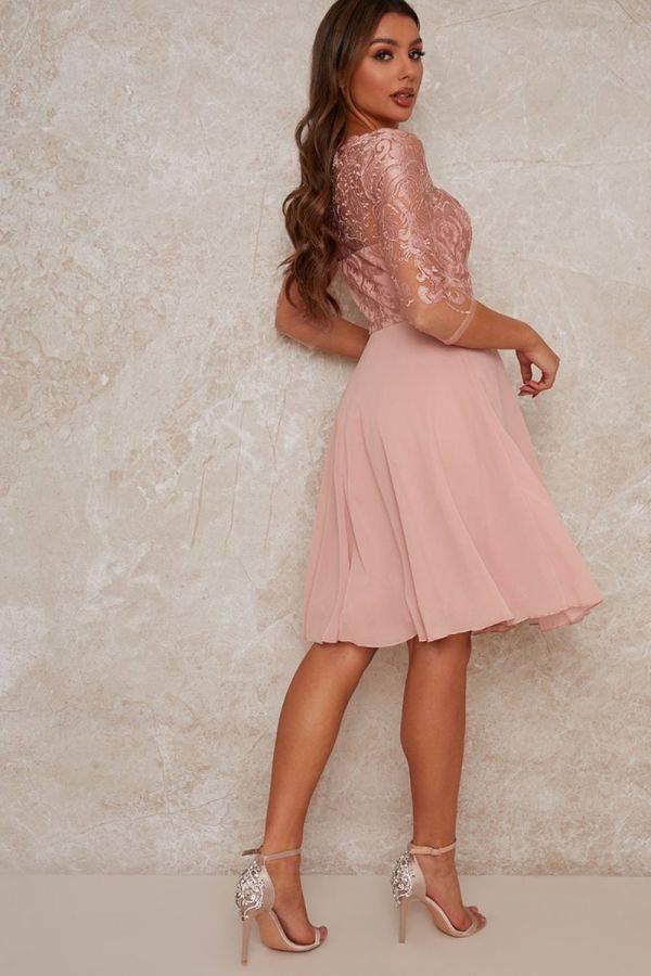 فستان وصيفة العروس من الدانتيل باللون الوردي-4