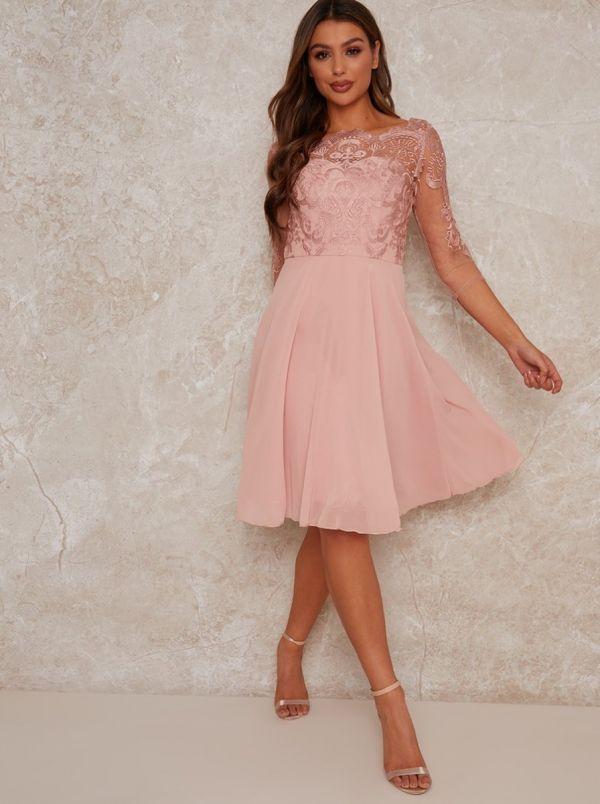 فستان وصيفة العروس من الدانتيل باللون الوردي-5