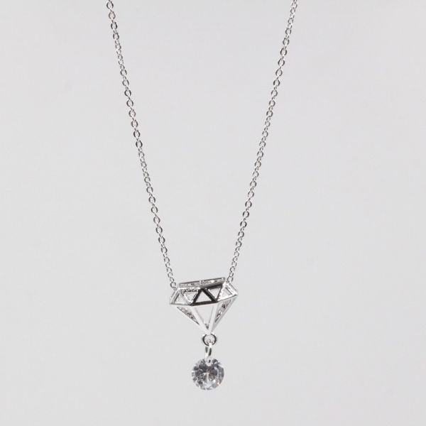 A catenary design of a jewel with a crystal chisel